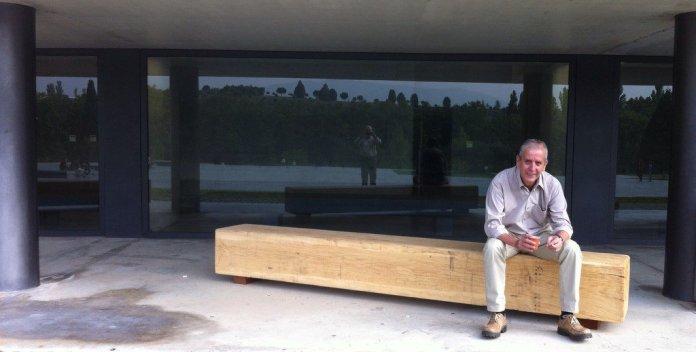 Paco a la salida de su facultad, Fcom, en la Universidad de Navarra. Imagen de su colega y amigo Javier Marrodán @javiermarrodan)